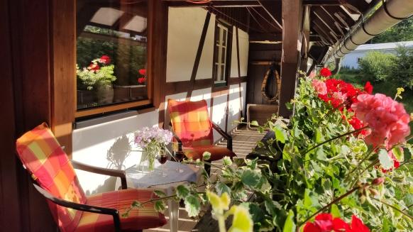 Laubengang mit Terrassenmöbeln